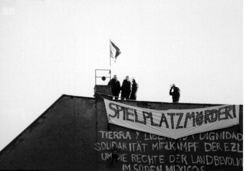 Hausbesetzer auf einem Dach in der Kreutziger Straße, Berlin Friedrichshein