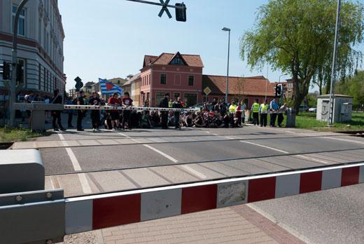 Eine Blockade setzt dem Nazispuk schon nach 200 Metern ein Ende