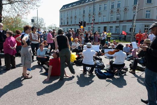 Etwa 100 Bürger unterstützen die Blockade aktiv. Die Aktionsgruppe Lebenslaute sorgt dabei für den guten Ton.