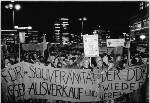 Bundesarchiv_Bild_183-1989-1219-036,_Berlin,_Demonstration_gegen_Wiedervereinigung_klein.jpg