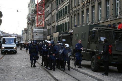 WEF_Militaertransporter_Ausladen_Polizei.jpg